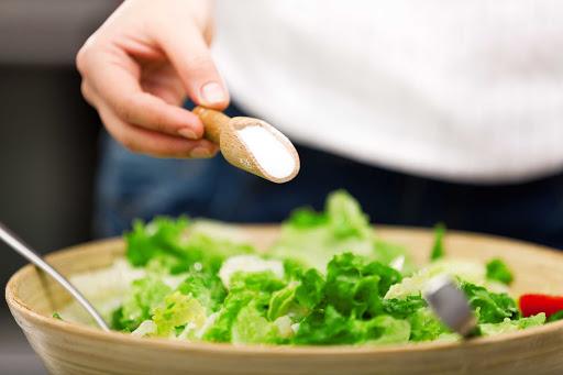 ăn nhiều muối có thể gây sưng bọng mắt